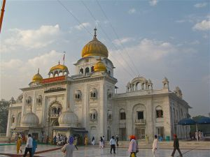 800px-Front_view_of_Gurudwara_Bangla_Sahib,_Delhi
